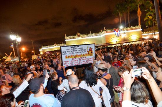 آلاف الكوبيين يحتفلون فى شوارع ميامى بنبأ وفاة قيدل كاسترو (20)