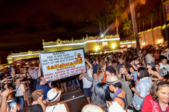 آلاف الكوبيين يحتفلون فى شوارع ميامى بنبأ وفاة قيدل كاسترو (19)