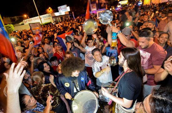 آلاف الكوبيين يحتفلون فى شوارع ميامى بنبأ وفاة قيدل كاسترو (23)