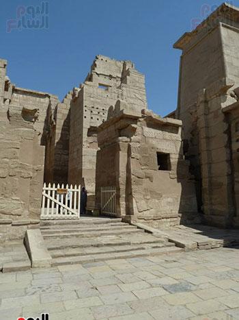إحدى المداخل التاريخية داخل معبد هابو بالقرنة غرب الأقصر