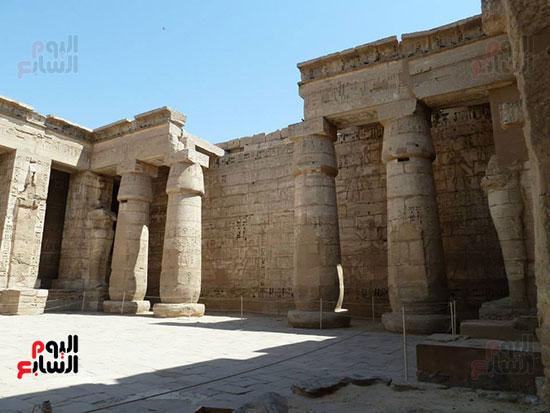 عدد من أعمدة معبد الموتى الجنائزى للملك رمسيس الثالث بالقرنة