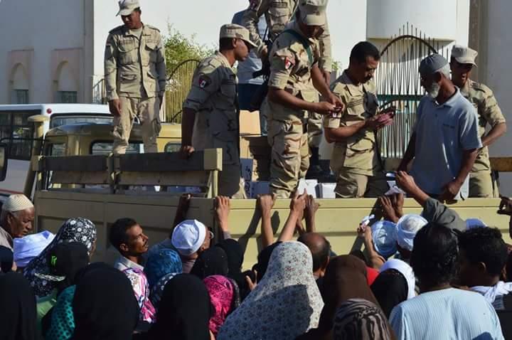 القوات المسبحة توزع مواد غذائية على المواطنين