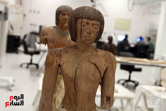 إحدى القطع الأثرية داخل معامل الترميم بمراكز الترميم بالمتحف الكبير