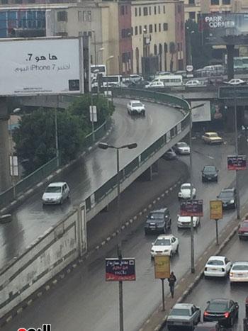 السيارات تسير بحذر تزامنا مع سقوط الأمطار