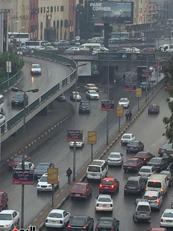 الأمطار تتسبب فى بطء حركة السيارات