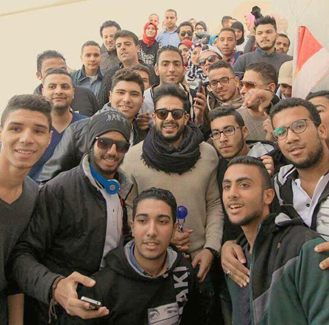 محمد حماقى يتوسط جمهوره