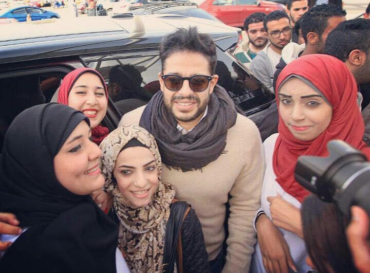 محمد حماقى وسط معجبيه