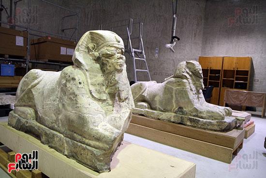 التماثيل الأثرية داخل معمل الآثار الثقيلة