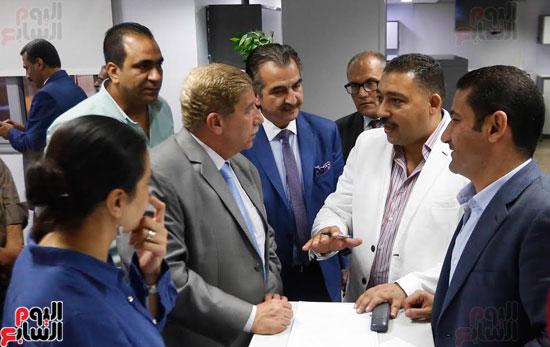 محافظ الإسماعيلية يستمع إلى شرح من كريم عبد السلام رئيس التحرير التنفيذى