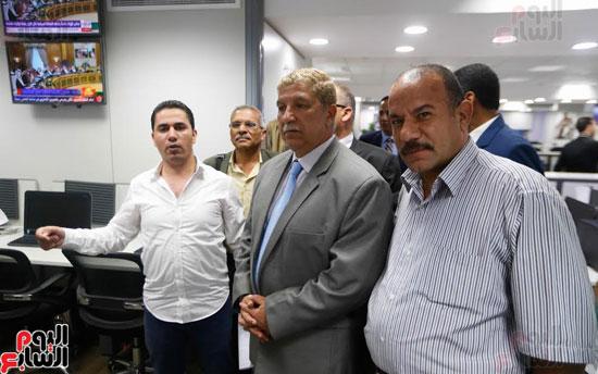 الزميل علام عبد الغفار يشرح لمحافظ الإسماعيلية مكونات صالة التحرير