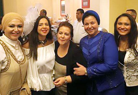 العروس ووالدتها والصديقات