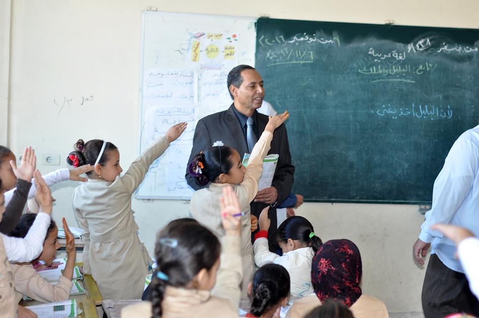 4 احد التلاميذ يكتب أمام وكيل تعليم البحيرة