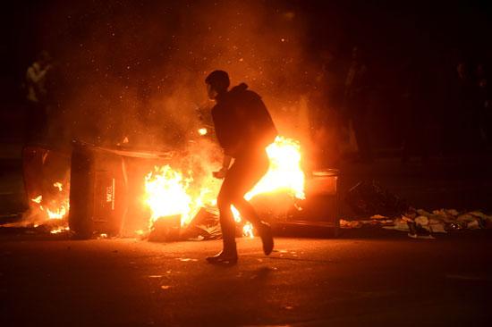 حرق الممتلكات الخاصة والعامة خلال المظاهرات
