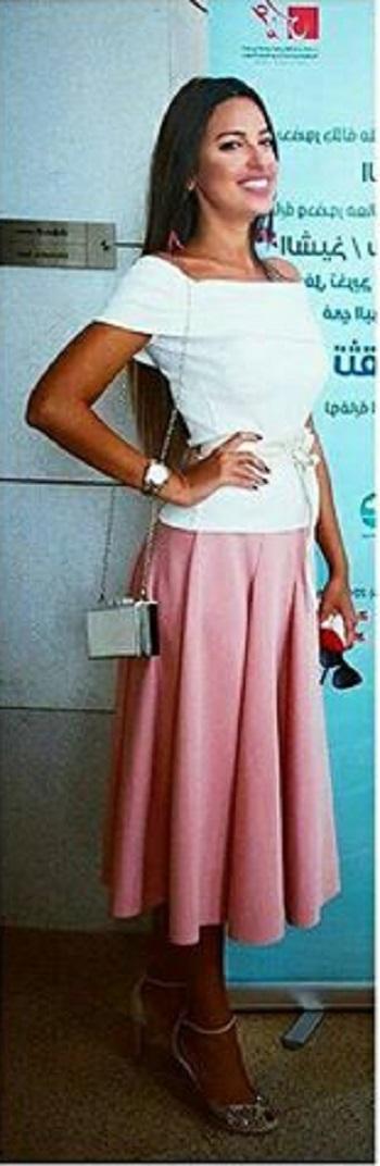 ملكة جمال مصر السابقة ترتدى إحدى تصميماتها