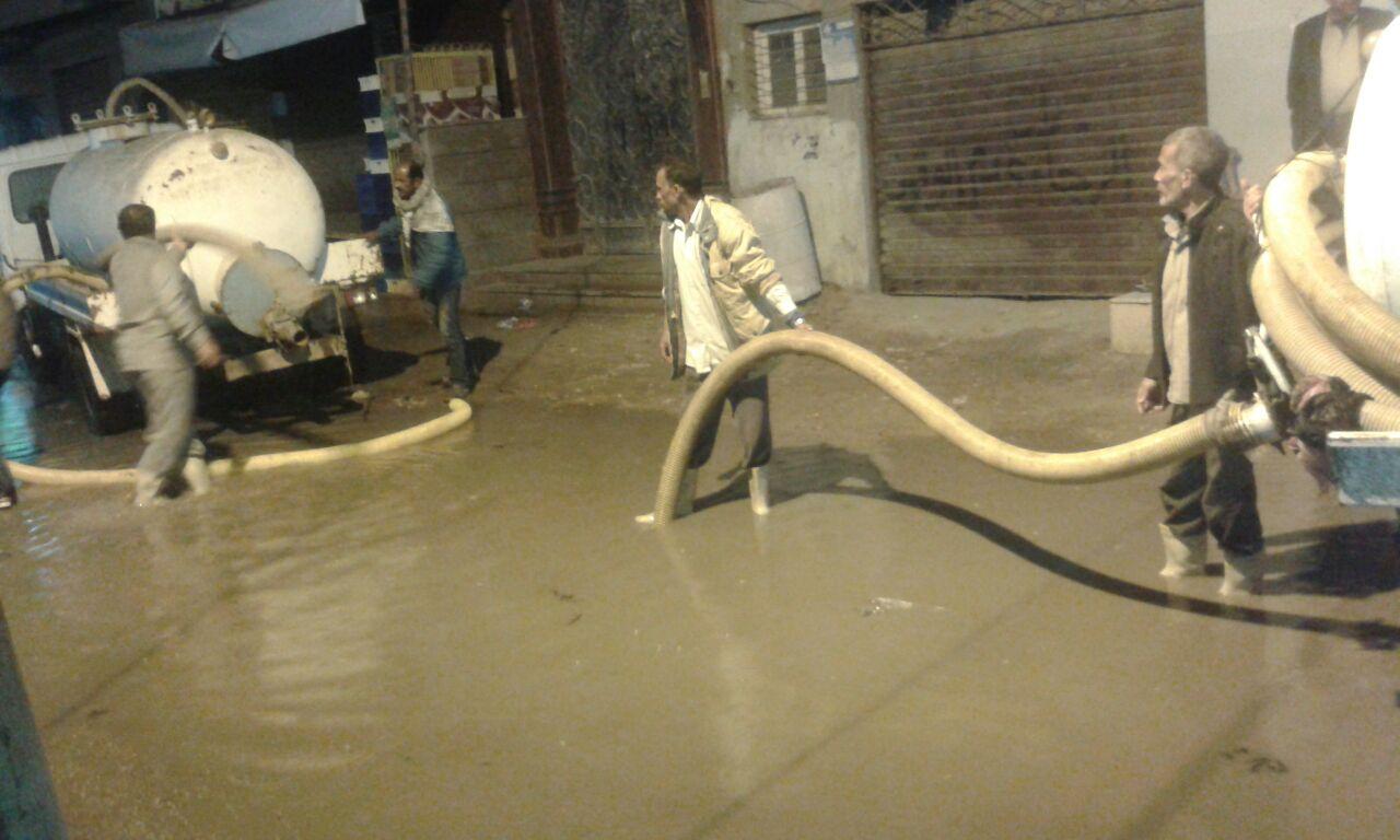 محاولة نزح المياه بالشارع بكفر الشيخ