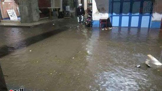 غرق شوارع مدينة رشيد بالبحيرة فى مياه الأمطار