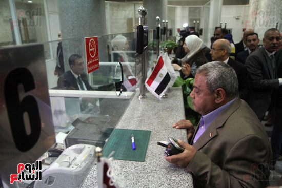 رئيس حى المقطم يتبرع لصندوق تحيا مصر (13)