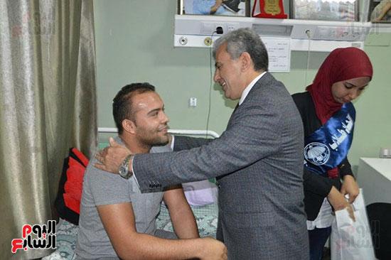 جابر نصار يزور المصابين بمستشفى المعادى العسكرى (2)