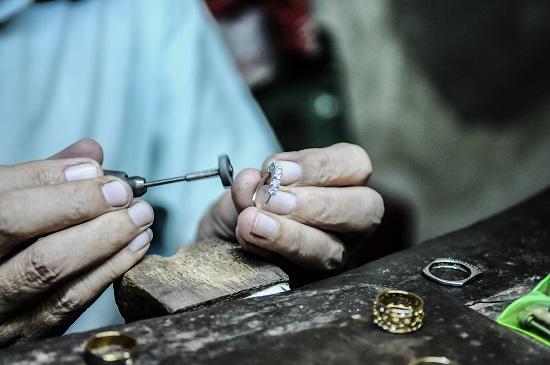 تصليح قطعة من الفضة