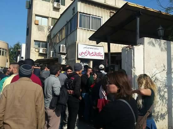 تزاحم المواطنيين أمام بنك الدم بمستشفى الدمرداش