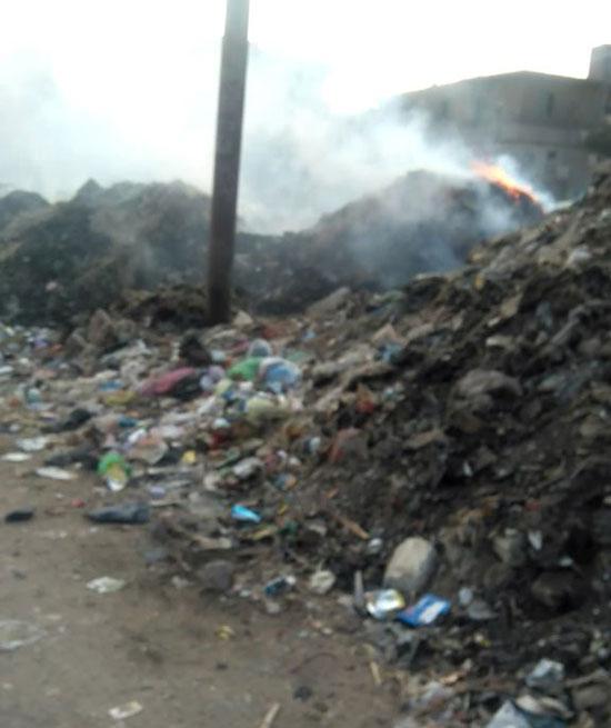 أهالى يطالبون برفع القمامة