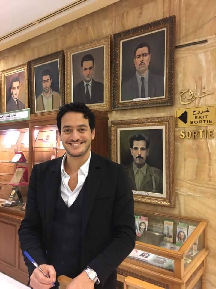 خالد أبو النجا يوقع فى سجل المتحف بالجزائر