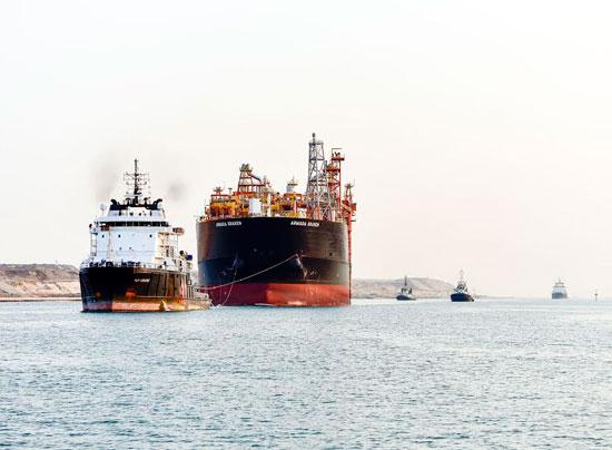 السفينة أثناء عبورها القناه