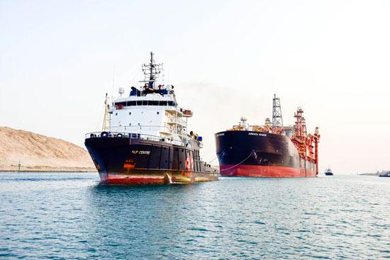 سفينة البترول أثناء إرشادها فى القناه
