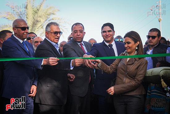 أبو هشيمة و3 وزراء ومحافظ أسوان يفتتحون إعادة إعمار قرية توشكى (1)