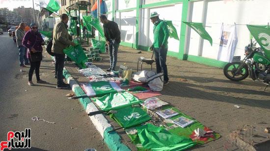 بائعو الاعلام يفترشون الارض امام استاد بورسعيد