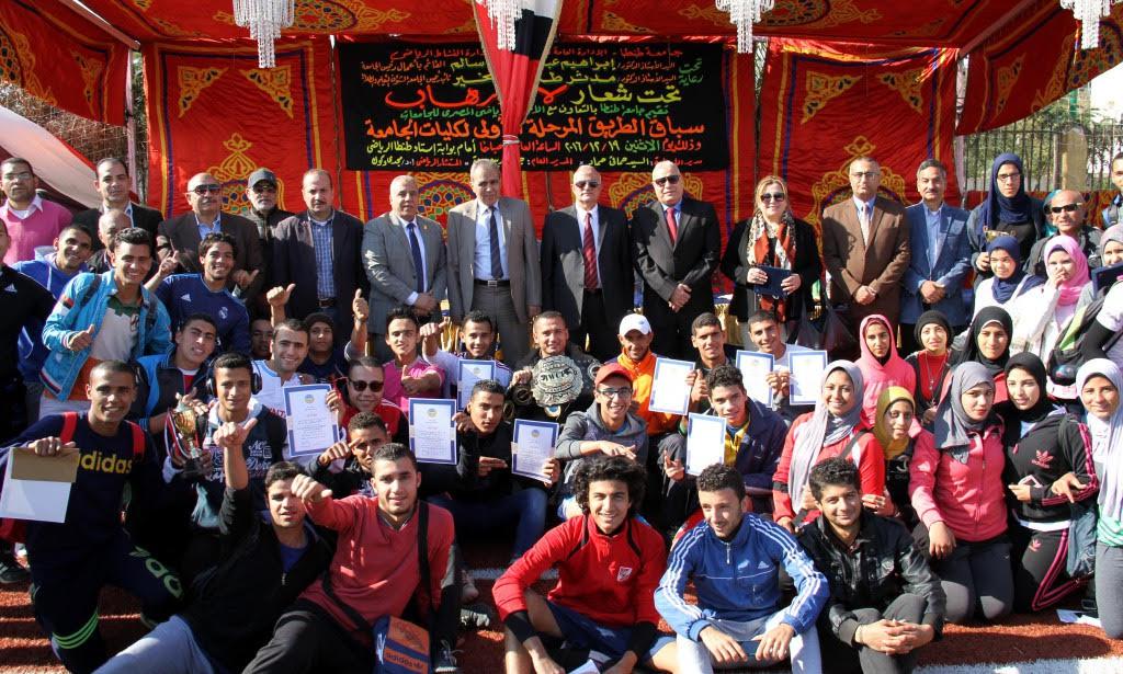 الطلاب المشاركين فى السباق ورئيس جامعة طنطا