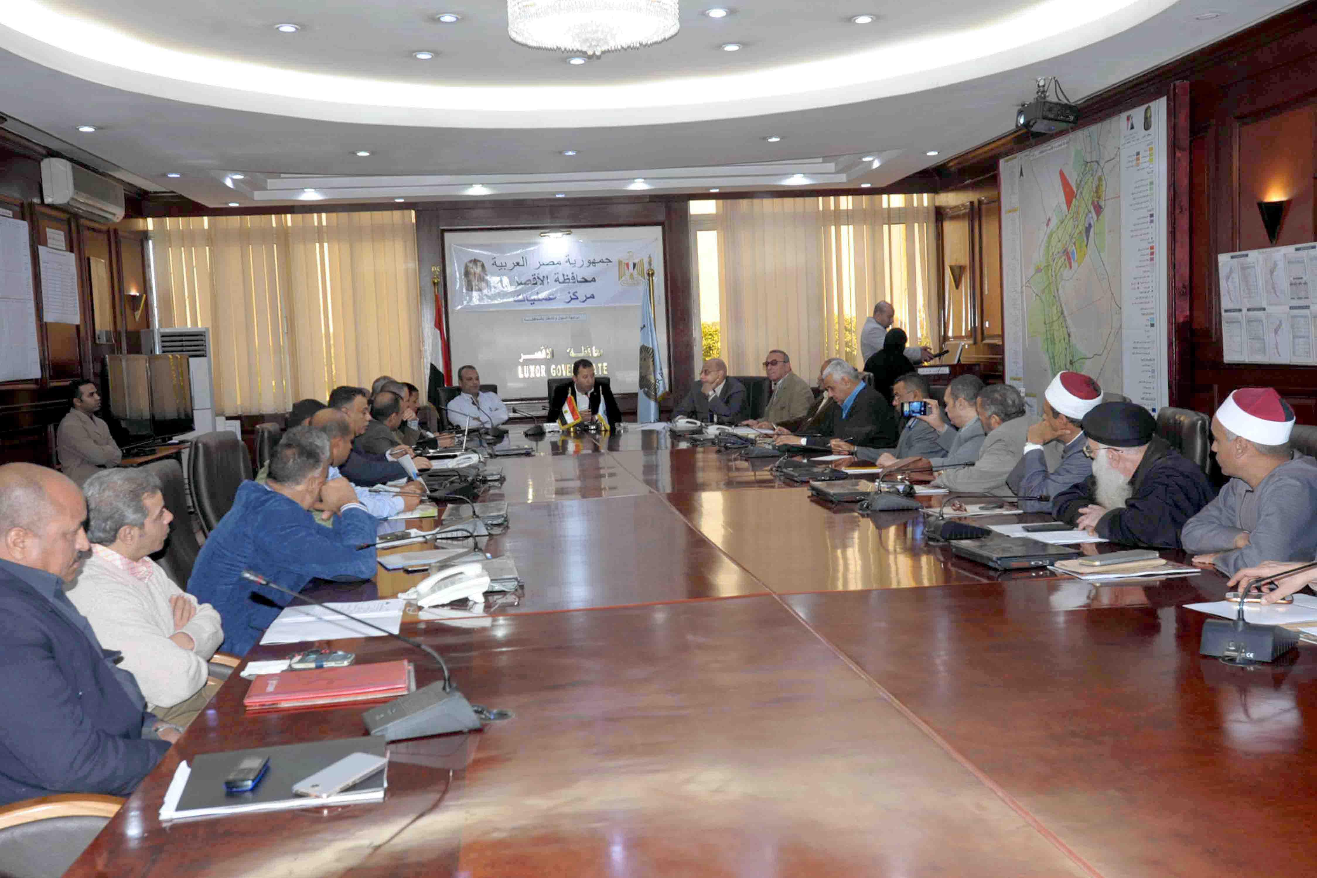 جانب من اجتماع قيادات المحافظة لبحث خطط السكان