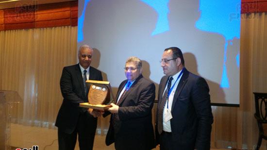 وزير التعليم العالى يتسلم درع جامعة الإسكندرية