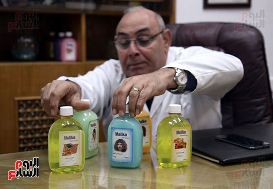 رئيس شركة النصر يعرض بعض المنتجات الجديدة