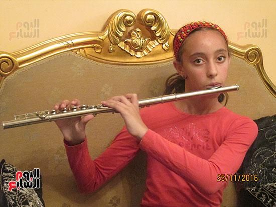 جميلة تعزف على آلة الفلوت