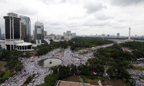 تظاهرات فى اندونيسيا احتجاجا على حاكم جاكرتا باسوكى تجاهاجا بورناما لإهانته القرآن