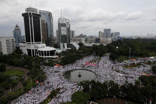 تحرك المحتجين من مسجد الاستقلال باتجاه النصب التذكارى الوطنى
