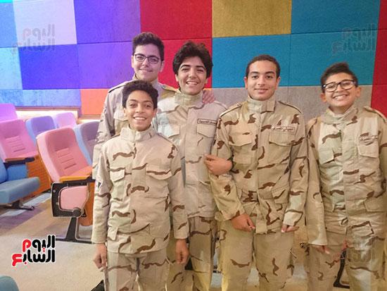 طلاب المدرسة في بزي القوات المسلحة