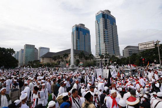 تدفق آلاف المسلمين على متنزه بوسط العاصمة الاندونيسية جاكرتا