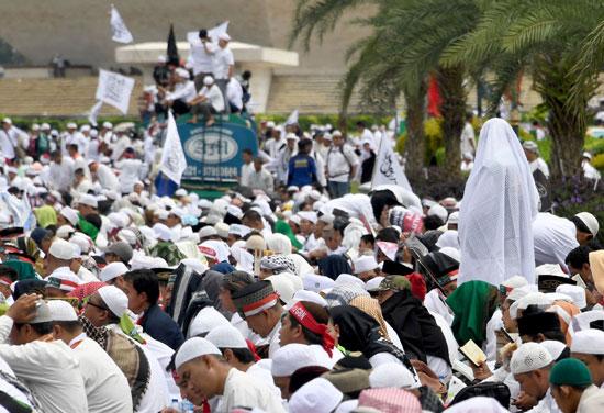 اندلاع احتجاجات فى اندونيسيا ضد حاكم جاكرتا