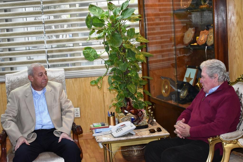 محافظ أسوان يستقبل حسين فهمى فى مكتبه