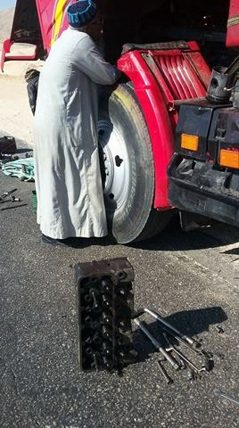 محاولات فاشلة لاصلاح الشاحنة