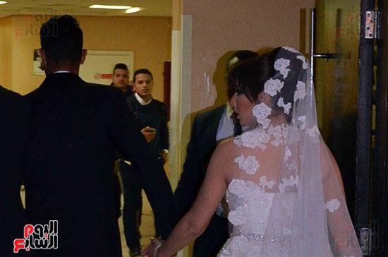 العروسان قبيل دخول قاعة الاحتفال