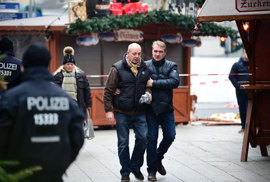 الإرهاب يضرب قلب أوروبا.. الألمان يضعون أكاليل الزهور على قبور ضحايا برلين (12)