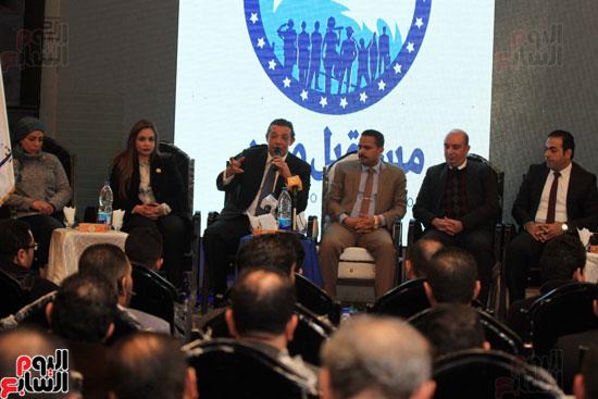 المتحدثين فى مؤتمر مستقبل وطن يقومون بتحية العلم