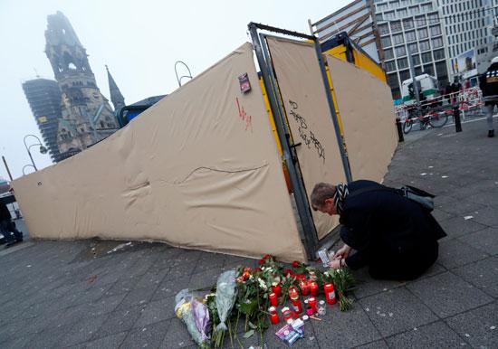 الإرهاب يضرب قلب أوروبا.. الألمان يضعون أكاليل الزهور على قبور ضحايا برلين (7)