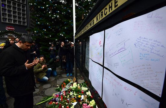 الإرهاب يضرب قلب أوروبا.. الألمان يضعون أكاليل الزهور على قبور ضحايا برلين (4)