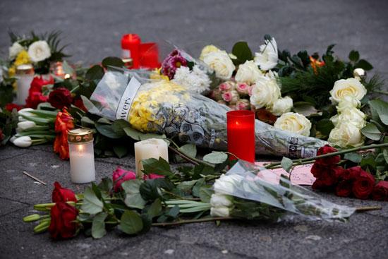 الإرهاب يضرب قلب أوروبا.. الألمان يضعون أكاليل الزهور على قبور ضحايا برلين (9)