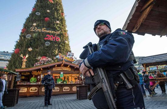 الإرهاب يضرب قلب أوروبا.. الألمان يضعون أكاليل الزهور على قبور ضحايا برلين (3)