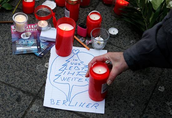 الإرهاب يضرب قلب أوروبا.. الألمان يضعون أكاليل الزهور على قبور ضحايا برلين (8)